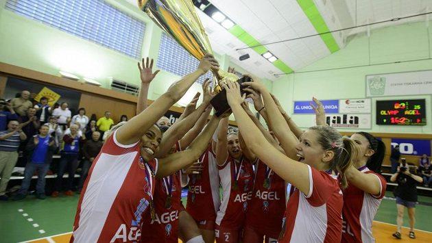 Hráčky Prostějova se radují z trofeje. Mistrovský titul si zajistily, když ve finále play off porazily Olymp 3:0 na zápasy.