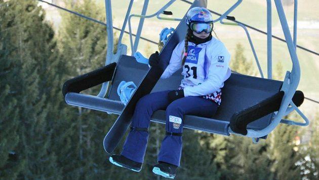 Eva Samková jede na start snowboardkrosové trati na mistrovství světa v Kreischbergu.