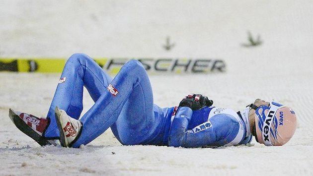 Na složité podmínky v Klingenthalu doplatil pádem Rakušan Andreas Kofler.