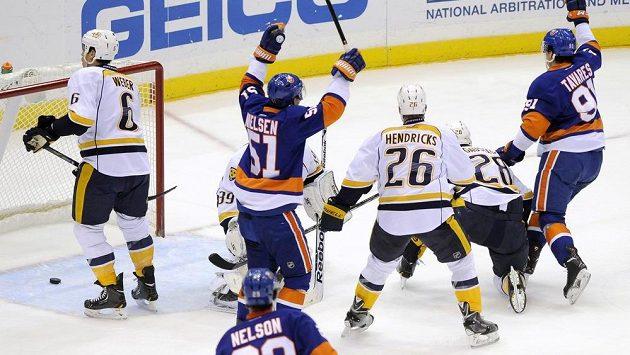 Hokejisté NY Islanders oslavují gól Johna Tavarese v brance Nashvillu.