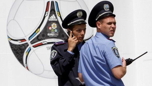 Ukrajinští policisté u fotbalového stadionu v Kyjevě