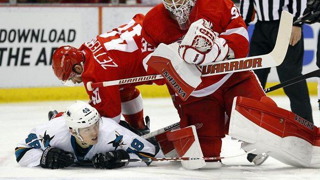 Brankář Detroit Red Wings Jimmy Howard (35) a jeho spoluhráč Henrik Zetterberg brání útočníka San Jose Tomáše Hertla.