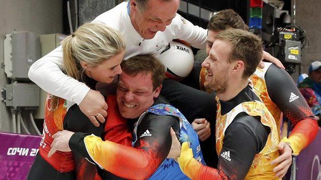 Němečtí sáňkaři v sestavě Natalie Geisenbergerová (zleva), Felix Loch, Tobias Wendt a Tobias Arlt (vzadu) získali olympijské zlato v závodu družstev.
