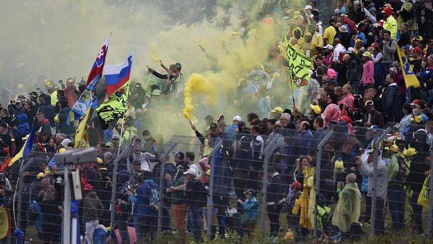 Radost fanoušků Valentina Rossiho během Velké ceny České republiky v Brně.