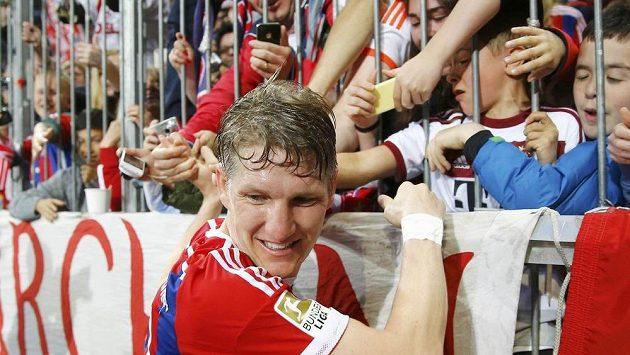 Bastian Schweinsteiger juchal s fanoušky s předstihem už v sobotu.