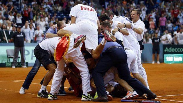 Radost srbského daviscupového týmu po postupu do finále.