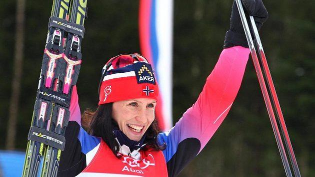Radující se lyžařská suverénka Marit Björgenová z Norska.