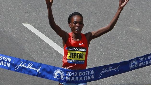 Keňská běžkyně Rita Jeptoová v cíli bostonského maratónu z roku 2013.