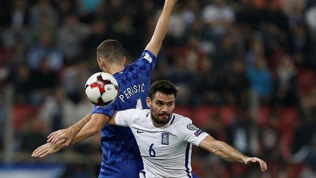 O míč bojují Chorvat Ivan Perišič a Alexandros Tziolis z Řecka.