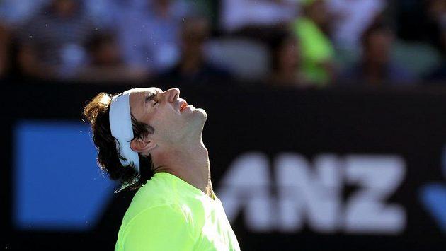 Jakoby Švýcar Roger Federer nechtěl věřit tomu, že jej Ital Andreas Seppi dostal do úzkých a nakonec ho i vyřadil.