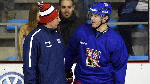 Trenér české hokejové reprezentace Vladimír Růžička (vlevo) v diskuzi s útočníkem Jaromírem Jágrem.