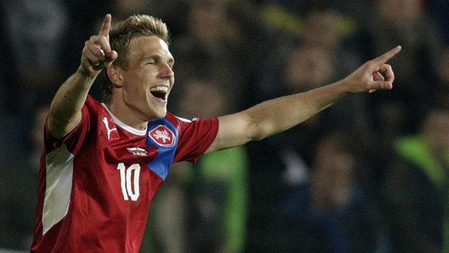 Záložník Bořek Dočkal slaví vedoucí gól národního týmu v Bulharsku.
