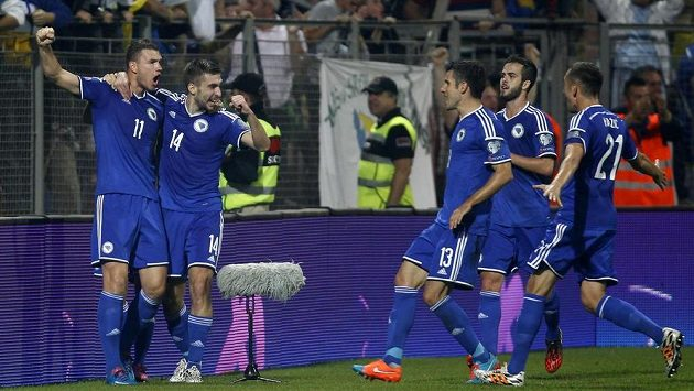 Bosenský útočník Edin Džeko (vlevo) na ilustračním snímku se raduje se spoluhráči z gólu proti Belgii.