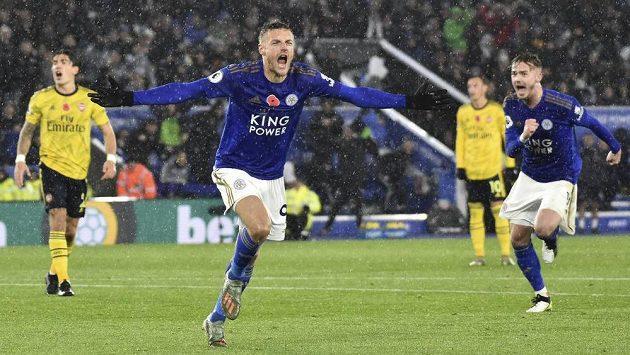 Kanonýr Leicesteru Jamie Vardy oslavuje svoji trefu v ligovém duelu proti Arsenalu.