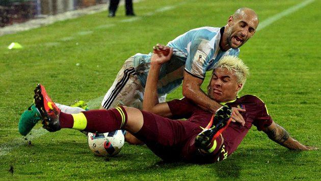 Argentinec Pablo Zabaleta padá přes Adalberta Penarandu z Venezuely.