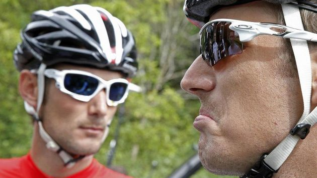 Cyklista stáje LeedTrek Factory Andy Schleck (vpravo) se svým bratrem Frankem před