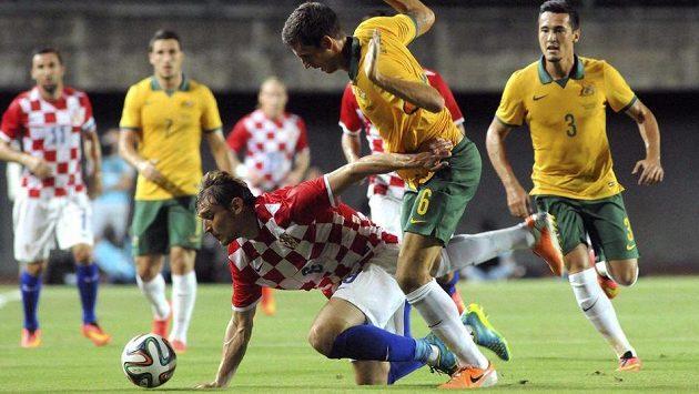 Chorvat Nikita Jelavič (padá k zemi) v utkání proti Austrálii.