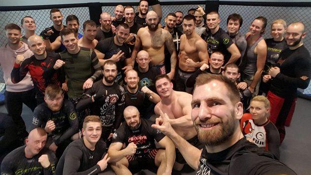 André Reinders a smečka vyznavačů MMA.