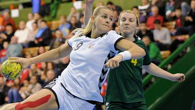 Česká házenkářka Helena Štěrbová (vlevo) při kvalifikačním utkání s Litvou.