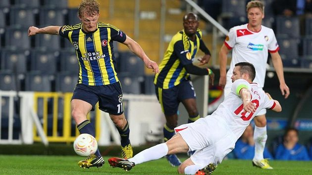 Plzeňský kapitán Pavel Horváth se skluzem snaží obrat o míč Dirka Kuijta z Fenerbahce v odvetném osmifinálovém utkání Evropské ligy.