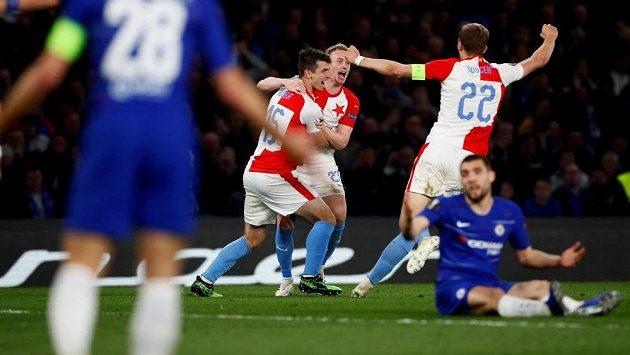Fotbalisté Slavie Praha oslavují vstřelený gól na hřišti Chelsea v Evropské lize.