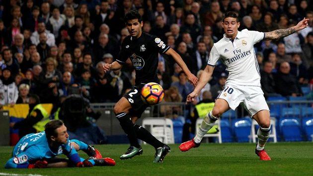 James Rodríguez (vpravo) z Realu Madrid před brankou La Coruni, v zakončení se mu snaží zabránit Juanfran a brankář Przemyslaw Tytoň.