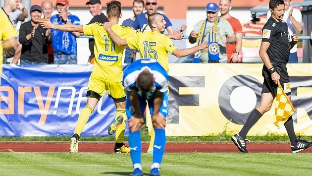 David Breda z Varnsdorfu a Jakub Barac z Varnsdorfu se radují z gólu.