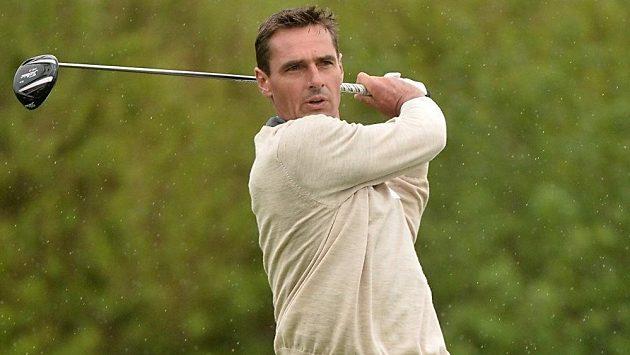 Roman Šebrle při golfovém odpalu.