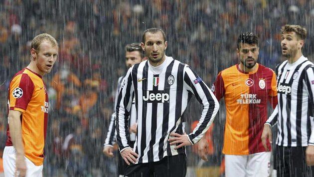 Fotbalista Juventusu Giorgio Chiellini (uprostřed) nevěří svým očím. V Istanbulu napadalo během několika minut asi 10 centimetrů sněhu.