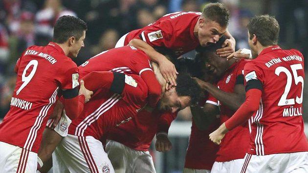 Fotbalisté Bayernu Mnichov olavují gól proti Leverkusenu.