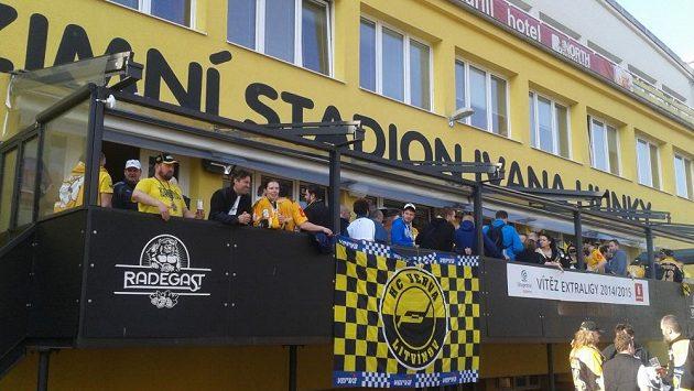 Fanoušci před Zimním stadiónem Ivana Hlinky. Ilustrační snímek.