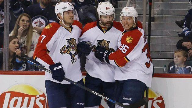 Útočník Floridy Jaromír Jágr (uprostřed) slaví se spoluhráči Kulikovem (vlevo) a Jokinenem gól proti Winnipegu.