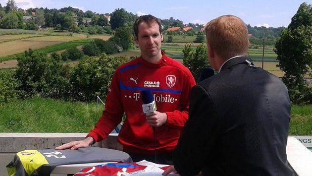 Brankář Petr Čech ve studiu České televize po čtvrtečním tréninku na stadiónu v Bad Waltersdorfu.