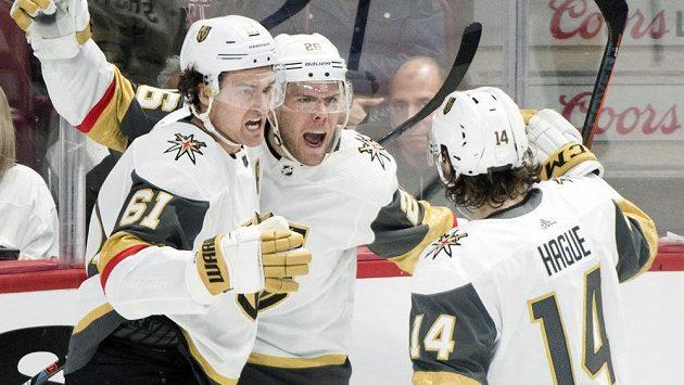 Takhle Paul Stastny (uprostřed) oslavoval svůj gól v síti Montrealu. V nastavení sbíral z ledu v Montrealu vlastní zub.