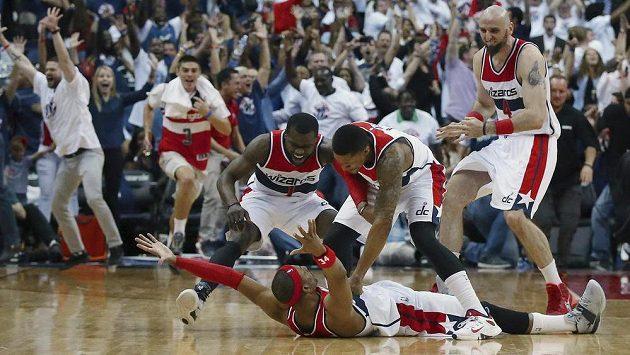 Paul Pierce (na zemi) rozhodl o těsné výhře Washingtonu Wizards nad Atlantou.