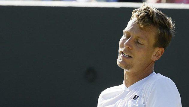 Český tenista Tomáš Berdych prohrál v osmifinále Wimbledonu s Francouzem Gillesem Simonem.
