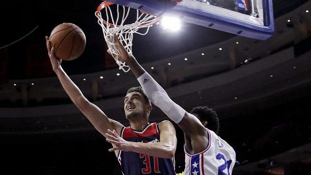 Basketbalista Washingtonu Tomáš Satoranský (vlevo) a Joel Embiid z Philadelphie během přípravného zápasu.