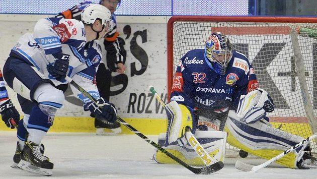 Dominik Kubalík z Plzně překonává brankáře Vítkovic Patrika Bartošáka v utkání předkola play off hokejové extraligy.