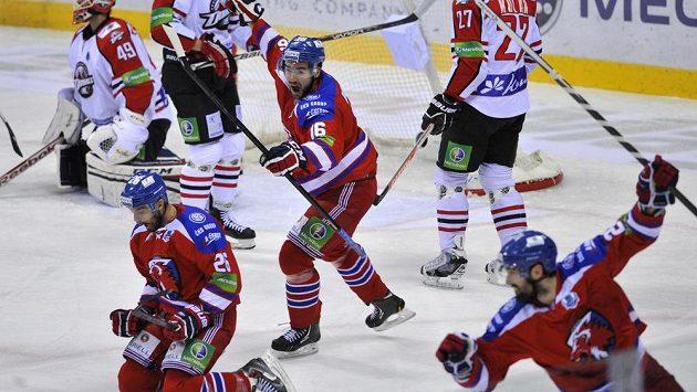 Hráči Lva (zprava) Ryan O'Byrne, Michal Birner a Michal Řepík se radují z gólu proti Donbassu Doněck.