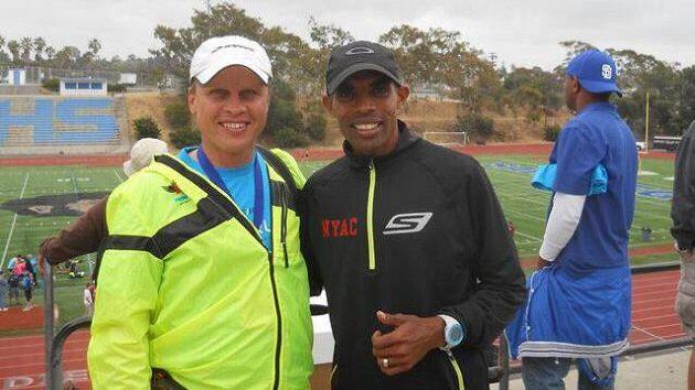 Kevin Follett (vlevo) běhá pořád, kdekoli, kdykoli a s každým, na snímku s Mebem Keflezighim.