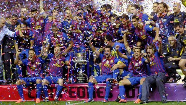Fotbalisté Barcelony se radují z triumfu v domácím poháru.
