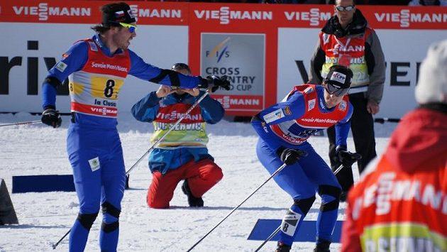 Aleš Razým předává v La Clusaz finišmanovi Martinu Jakšovi.