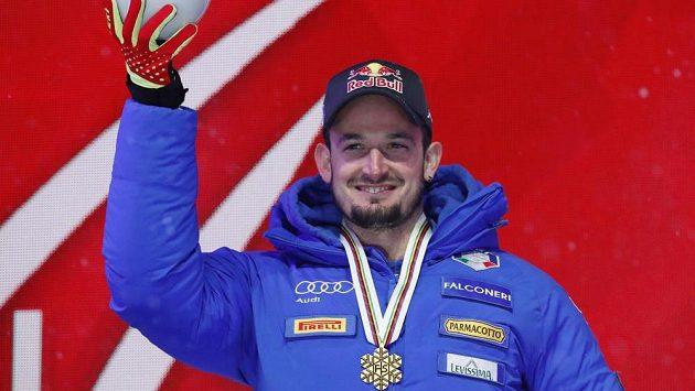 Ital Dominik Paris pózuje se zlatou medailí ze super-G na MS v Aare.