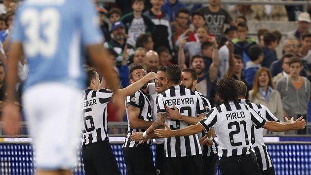 Fotbalisté Juventusu oslavují vítězný gól Alessandra Matriho (pátý zprava, schovaný za Pereyrou) ve finále Italského poháru proti Laziu Řím.
