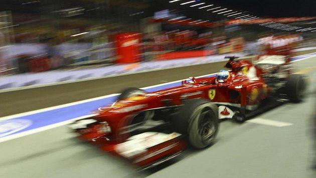 Španěl Fernando Alonso na ferrari při Grand Prix Singapuru.