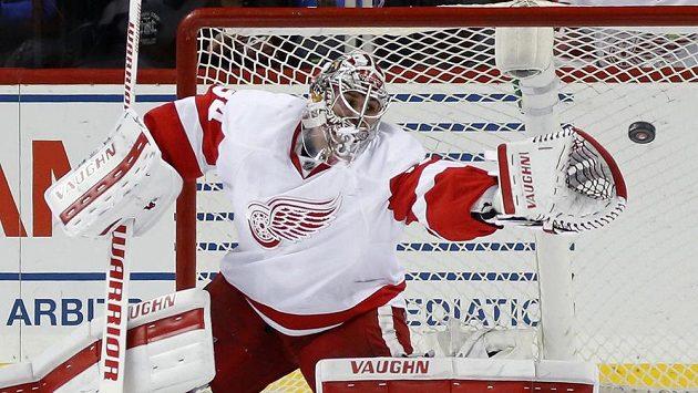 Brankář Detroitu Petr Mrázek při zákroku v utkání proti New Yorku Islanders.