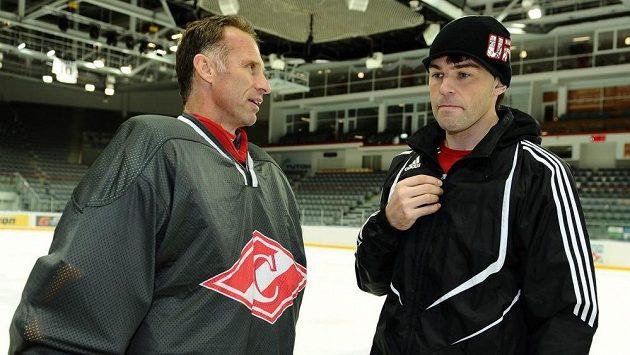 Dominik Hašek (vlevo) v rozhovoru s Jaromírem Jágrem v době, kdy oba působili v KHL.