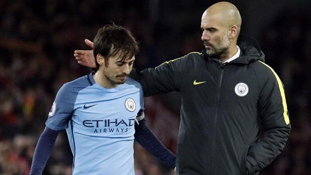 Záložník Manchesteru City David Silva (vlevo) a trenér Citizens Pep Guardiola - ilustrační foto.