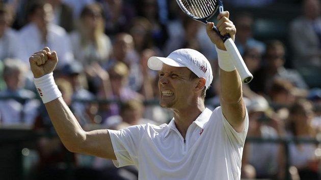 Tomáš Berdych se ve Wimbledonu raduje po výhře nad Kevinem Andersonem z JAR.