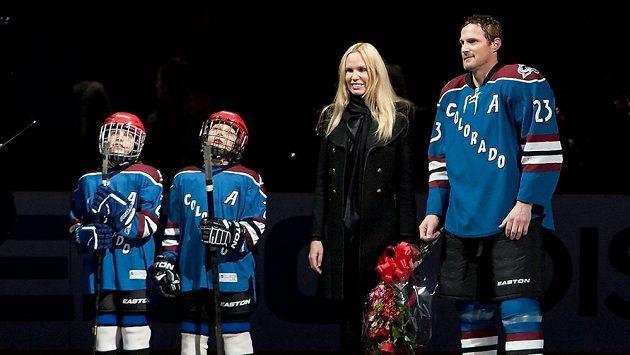 Milan Hejduk ještě v době, kdy hrál a byl oceněn jako první hokejista, který v dresu Colorada Avalanche dosáhl hranice 1000 zápasů v NHL. Na snímku z února 2013 s manželkou a syny.